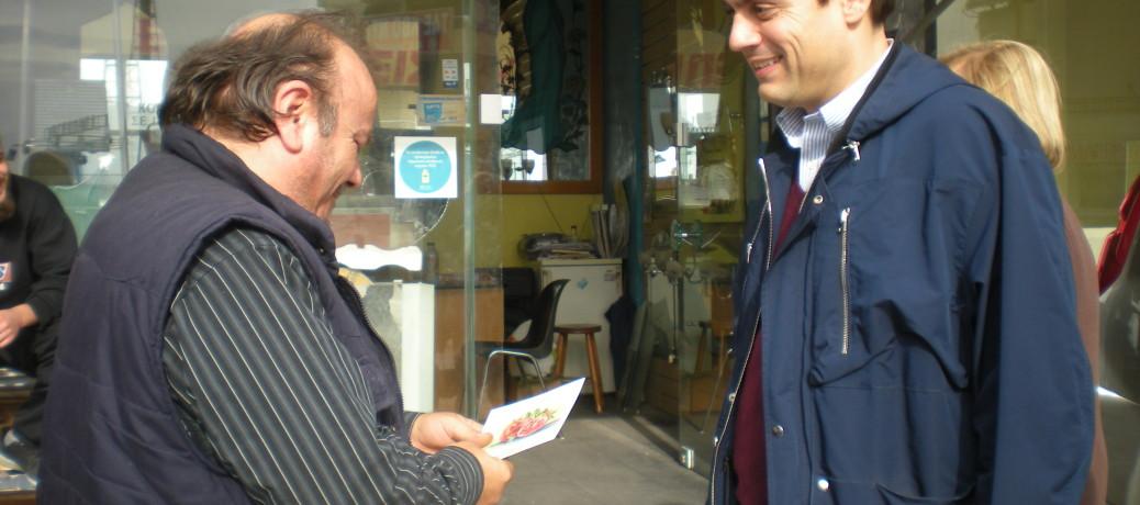 """Ο Βαγγέλης Ντηνιακός στα εμπορικά καταστήματα της πόλης με σύνθημα """"Στηρίζουμε την τοπική αγορά"""""""